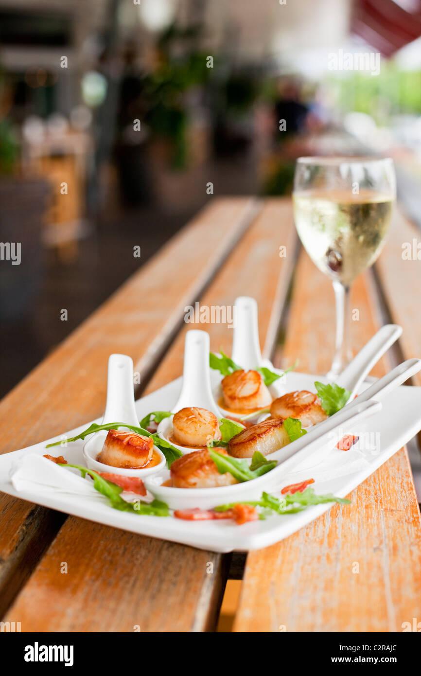 Pétoncles poêlés dans Thai red curry sauce à Bellavista Restaurant à la Marina. La Jetée, Cairns, Queensland, Australie Banque D'Images