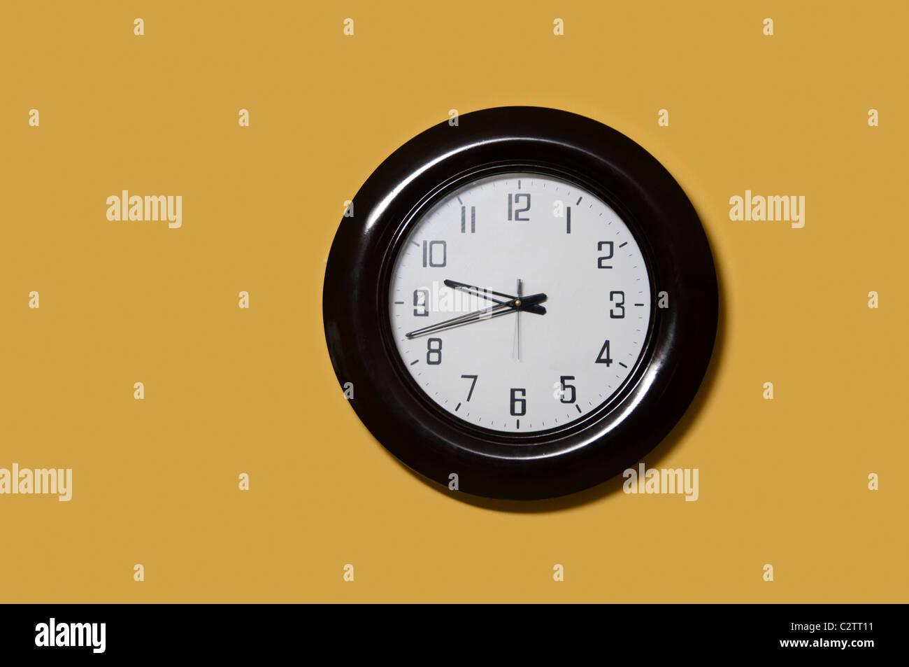 Sur le mur du bureau de l'horloge Photo Stock