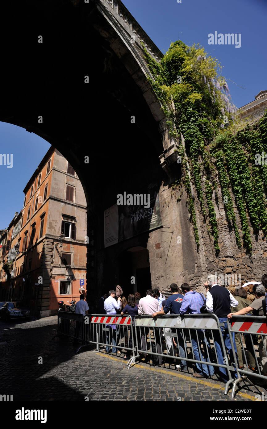 L'Italie, Rome, Via Giulia, file d'attente à l'entrée du musée du Palais Farnèse Photo Stock