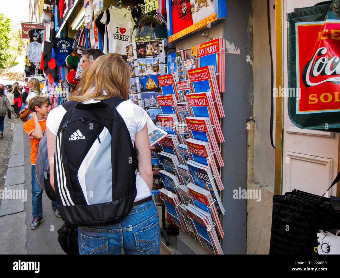 Paris, France, les touristes de shopping dans les boutiques touristiques dans quartier de Montmartre Banque D'Images