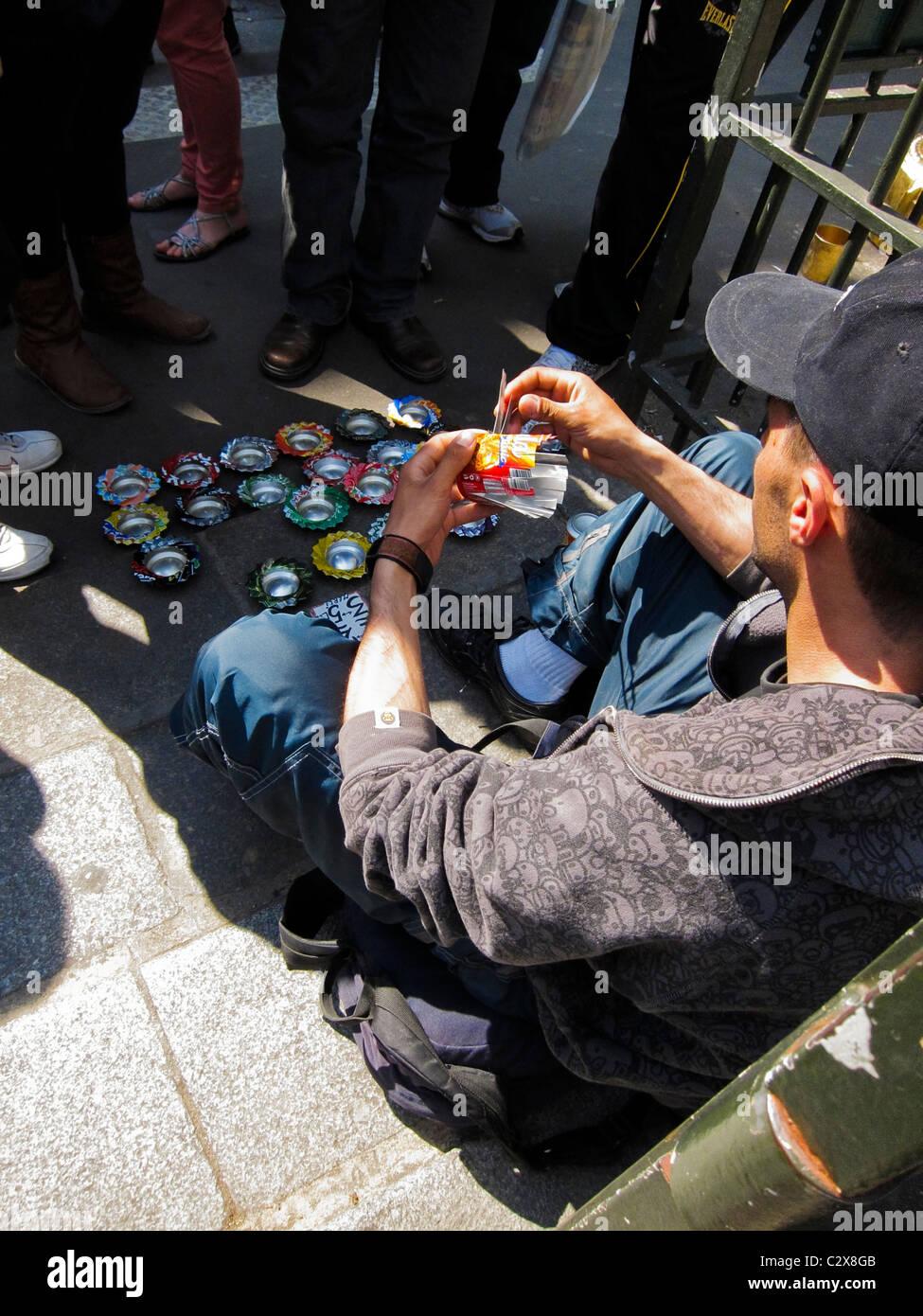 Paris, France, les touristes regarder artiste de rue, la transformation de boîtes de conserve dans les cendriers Banque D'Images