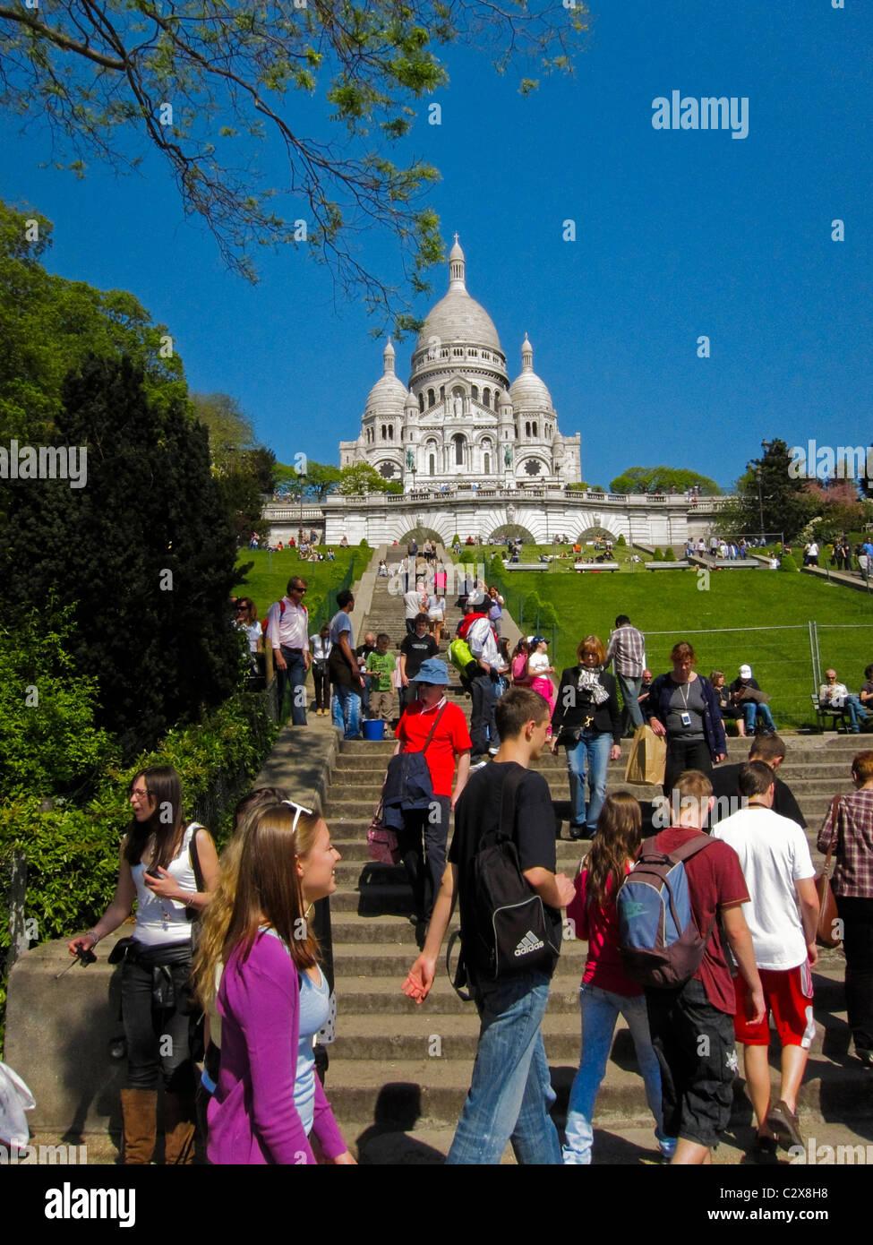 Paris, France, touristes visitant la basilique du Sacré-cœur, dans le quartier de Montmartre, marches surpeuplées Banque D'Images