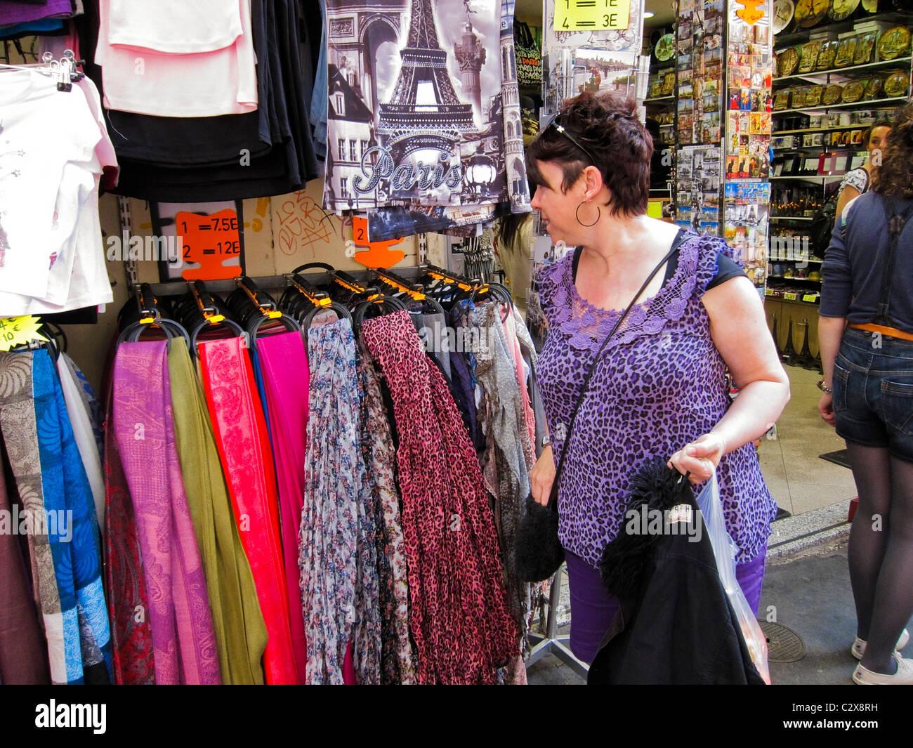 Paris, France, tourisme, shopping dans les boutiques touristiques dans quartier de Montmartre Banque D'Images