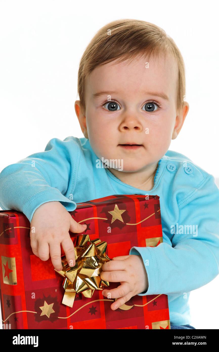 Petit enfant avec un paquet cadeau anniversaire Banque D'Images