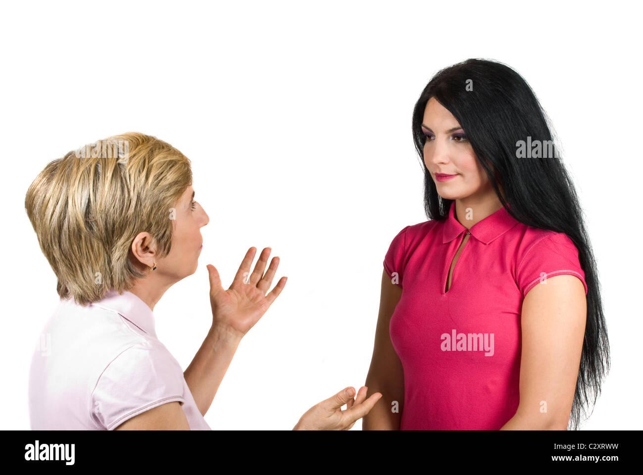 Mère et fille ont une conversation, la jeune femme l'écoute très attentive de sa mère alors que le senior woman donner quelques conseils Banque D'Images