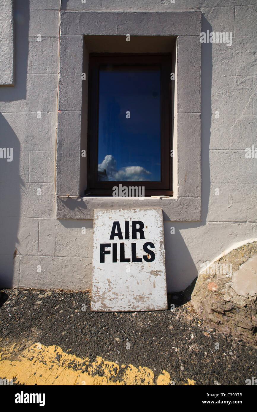 Un signe pour les plongeurs se remplit d'air à St Abbs port. Photo Stock