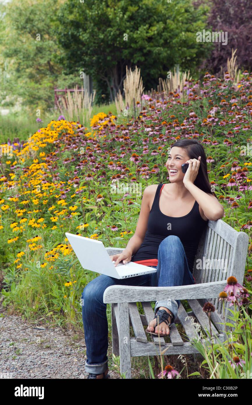 Jolie femme asiatique portable cellulaire communications parler Photo Stock