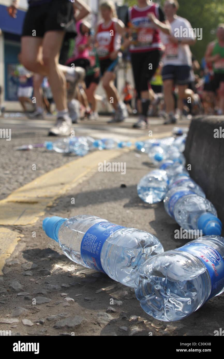 Les plastiques de bouteilles d'eau sur la route du Marathon de Londres Photo Stock
