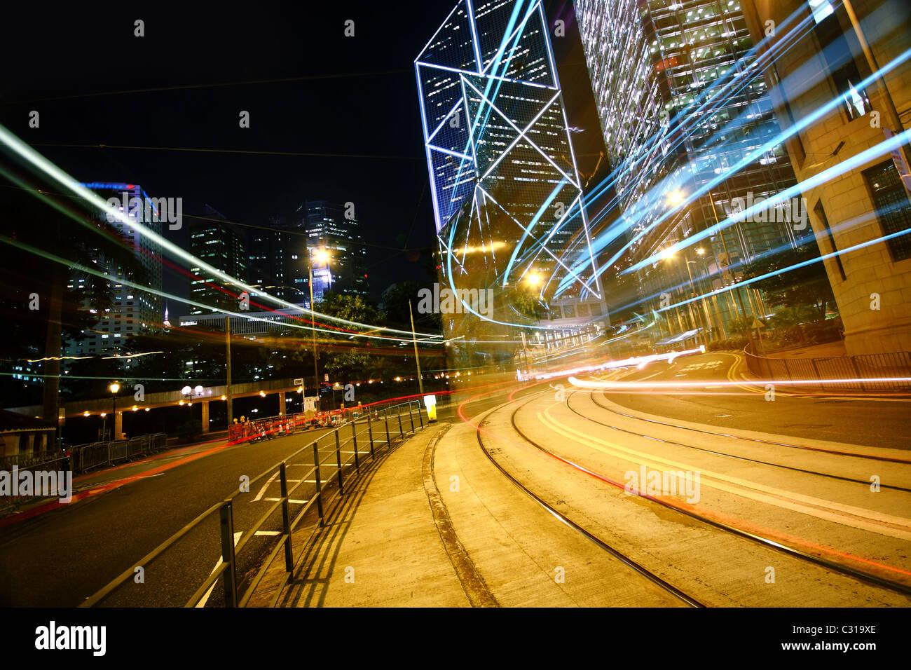 Les sentiers de la lumière sur le bâtiment moderne. Banque D'Images