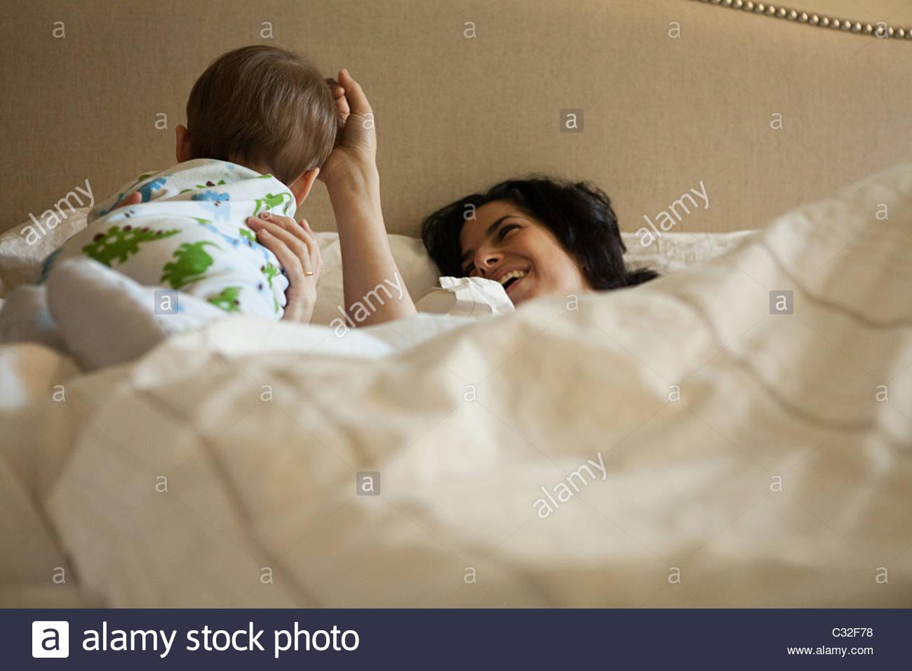 Parents et bébé fils ayant un mensonge dans Photo Stock