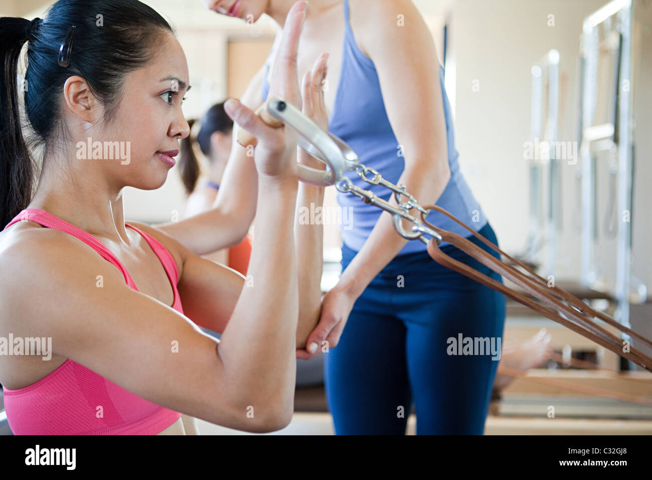 Woman doing biceps dans pilates Photo Stock
