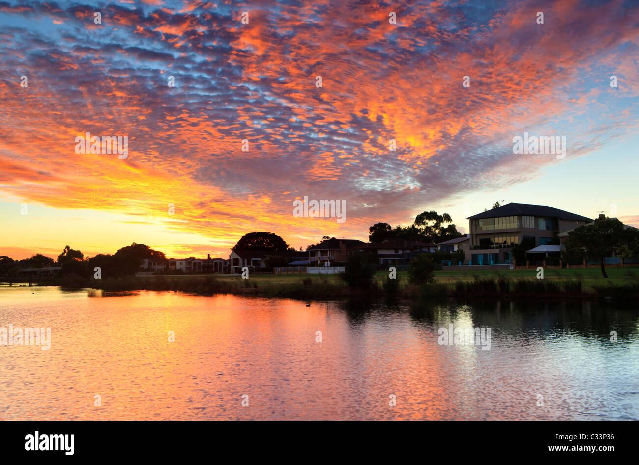Les grandes maisons au bord du lac au coucher du soleil dans les pays riches au sud de Perth, Australie occidentale. Photo Stock