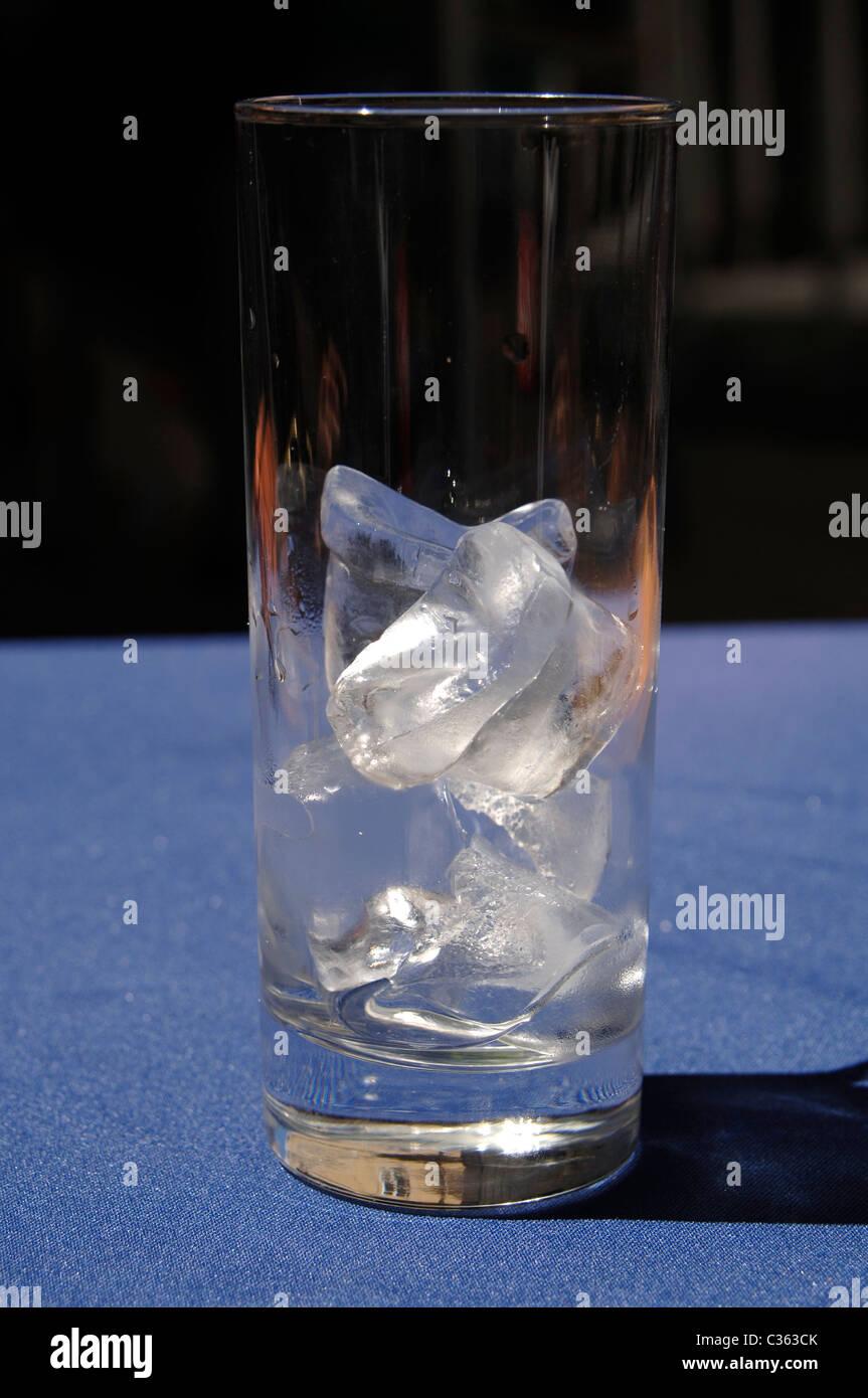 Des cubes de glace dans un verre Photo Stock