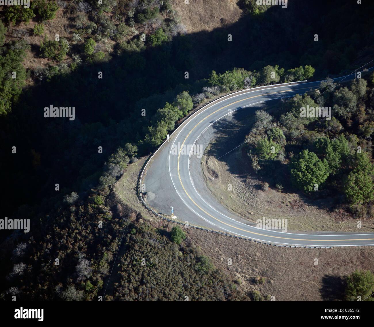 Vue aérienne au-dessus du virage à Hopland grade route 175 dans le comté de Mendocino en Californie Photo Stock