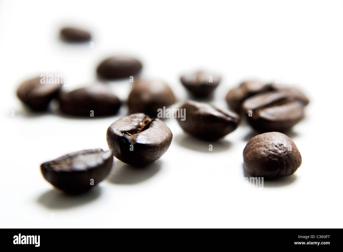 Les grains de café sur fond blanc Photo Stock
