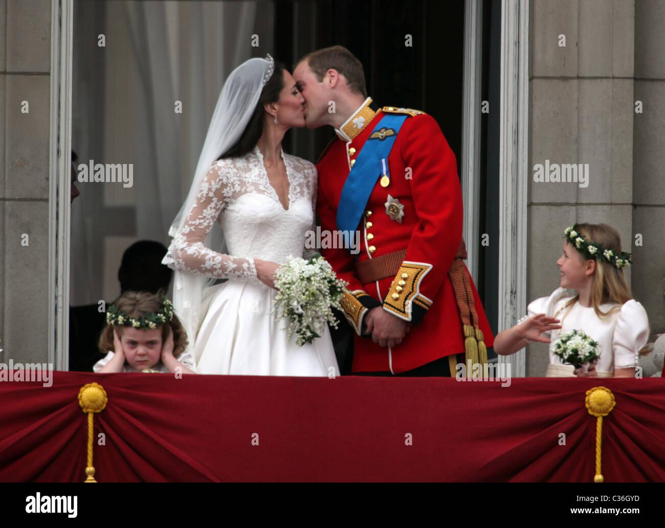 Le duc et la duchesse de Cambridge APRÈS LEUR MARIAGE - Buckingham Palace. 29.4.11 PHOTOS PAR NICHOLAS BOWMAN Photo Stock