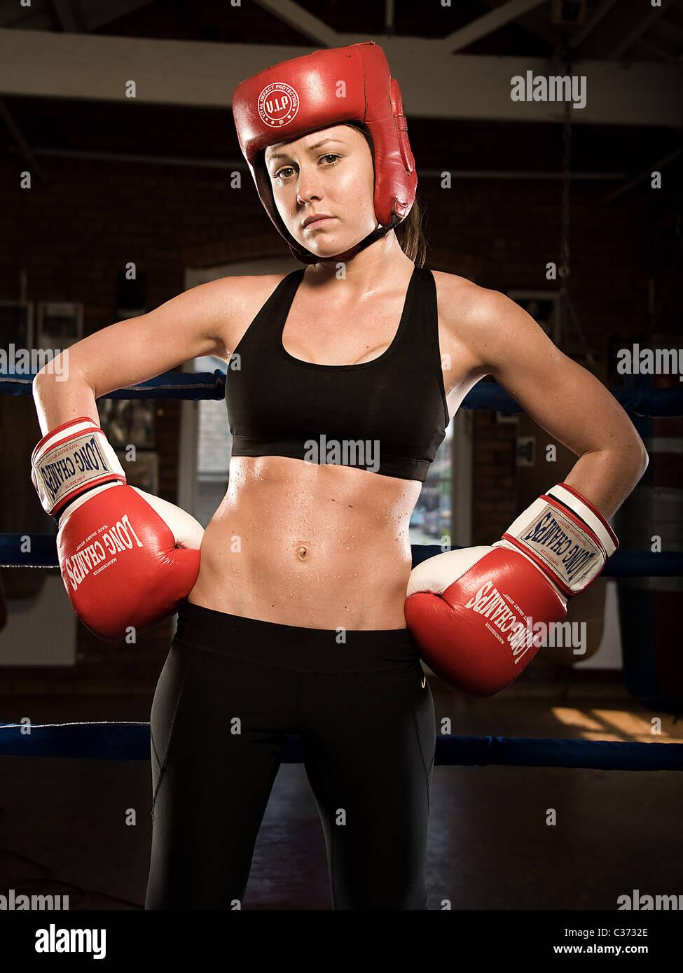 Portrait of female boxer avant un combat Photo Stock