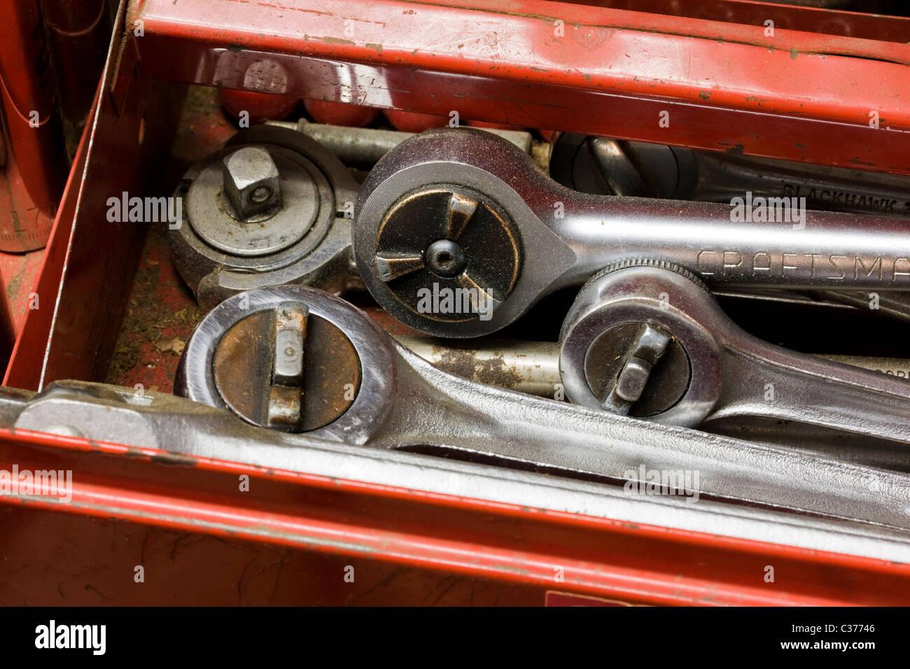 Outils de mécanicien automobile dans une caisse à outils Photo Stock
