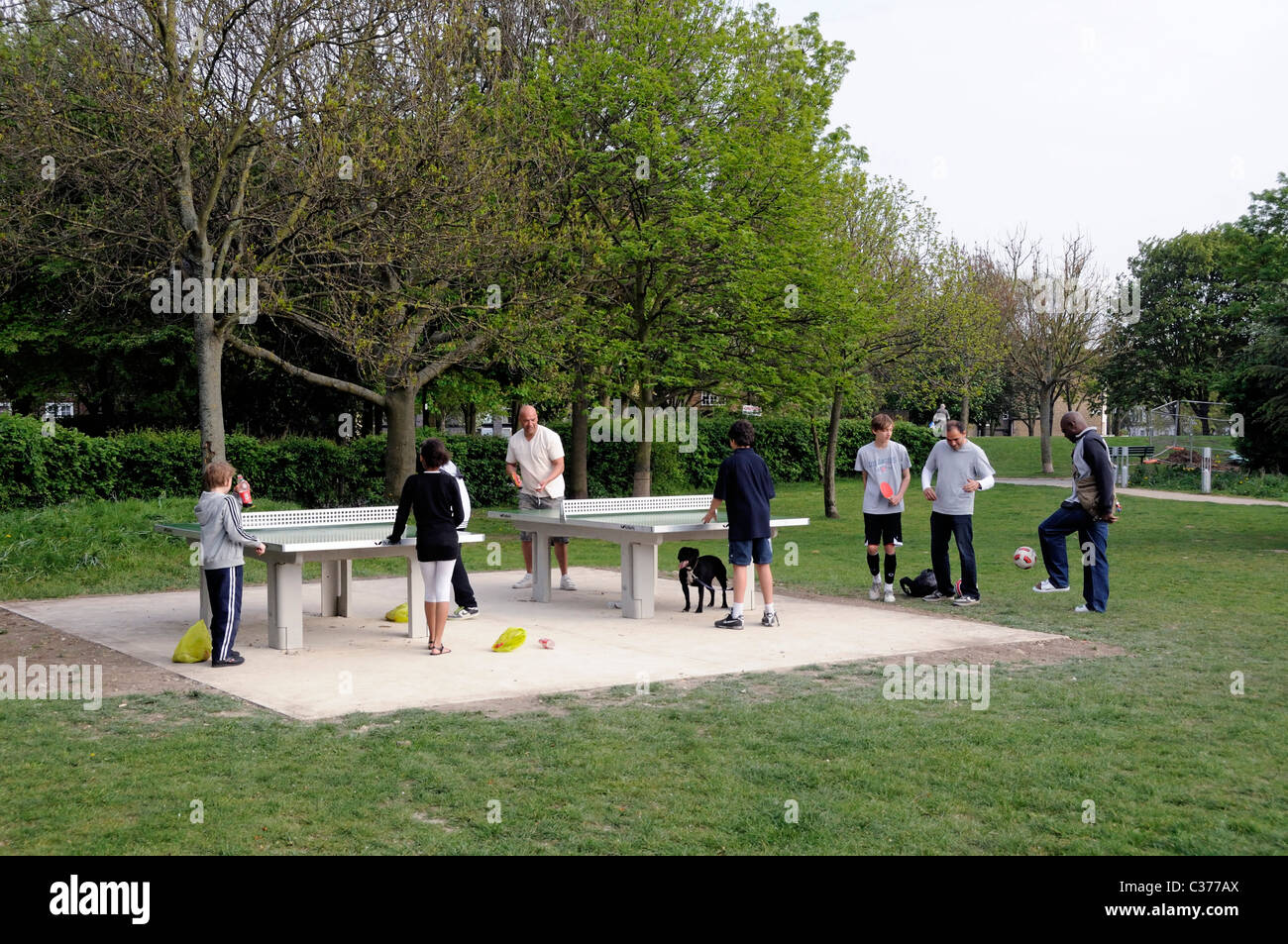 Gens jouer piscine tennis de table Whittington Park Holloway Islington Londres Angleterre Royaume-uni Photo Stock