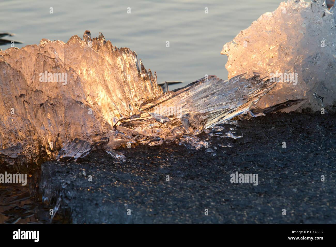 La dérive sur la rivière de Sibérie Irtysh sous le coucher du soleil Photo Stock