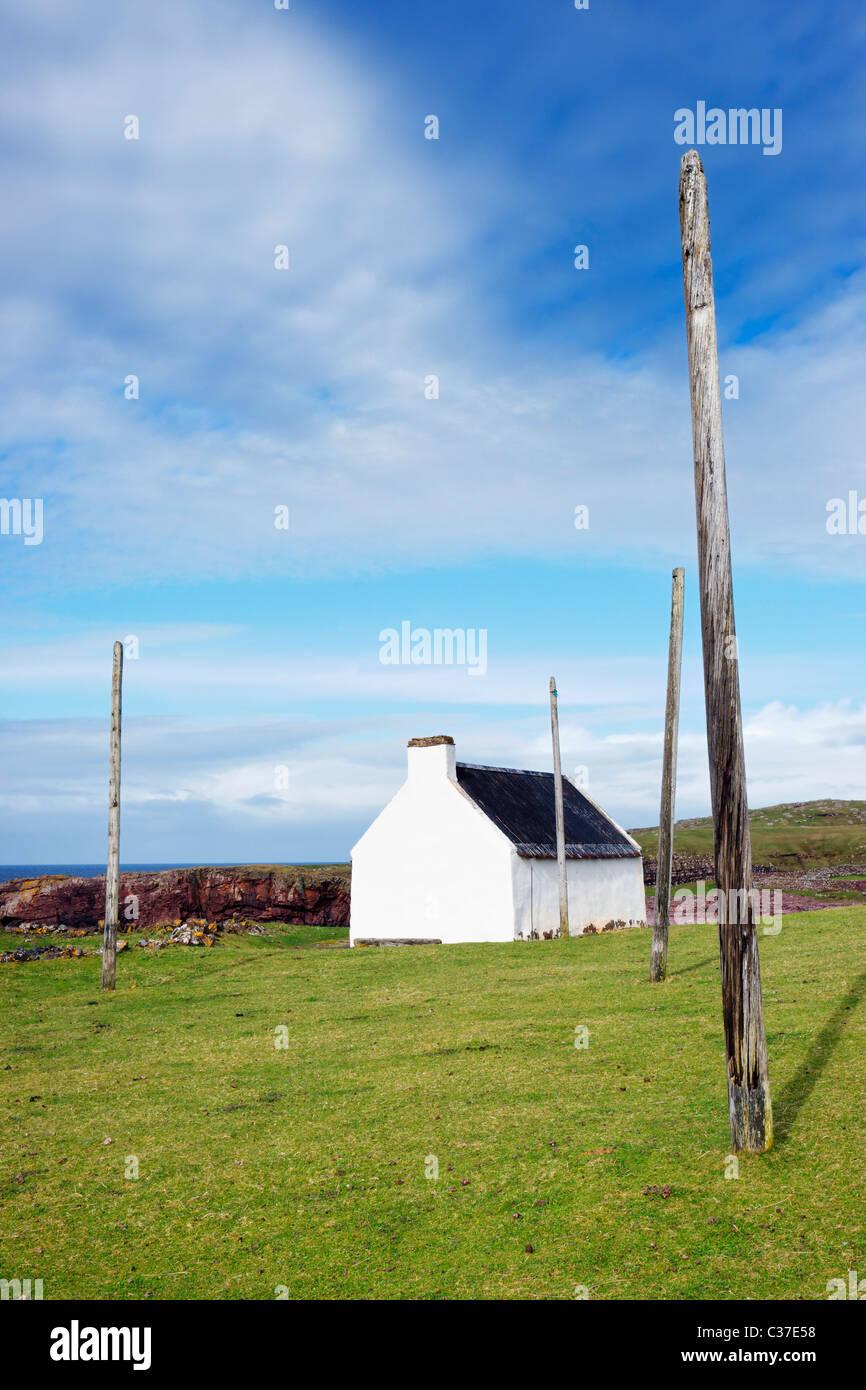 Les Saumons Bothy et poteaux pour le séchage net. Le saumon, Clachtoll Clachtoll, Assynt, Sutherland, Highland, Photo Stock