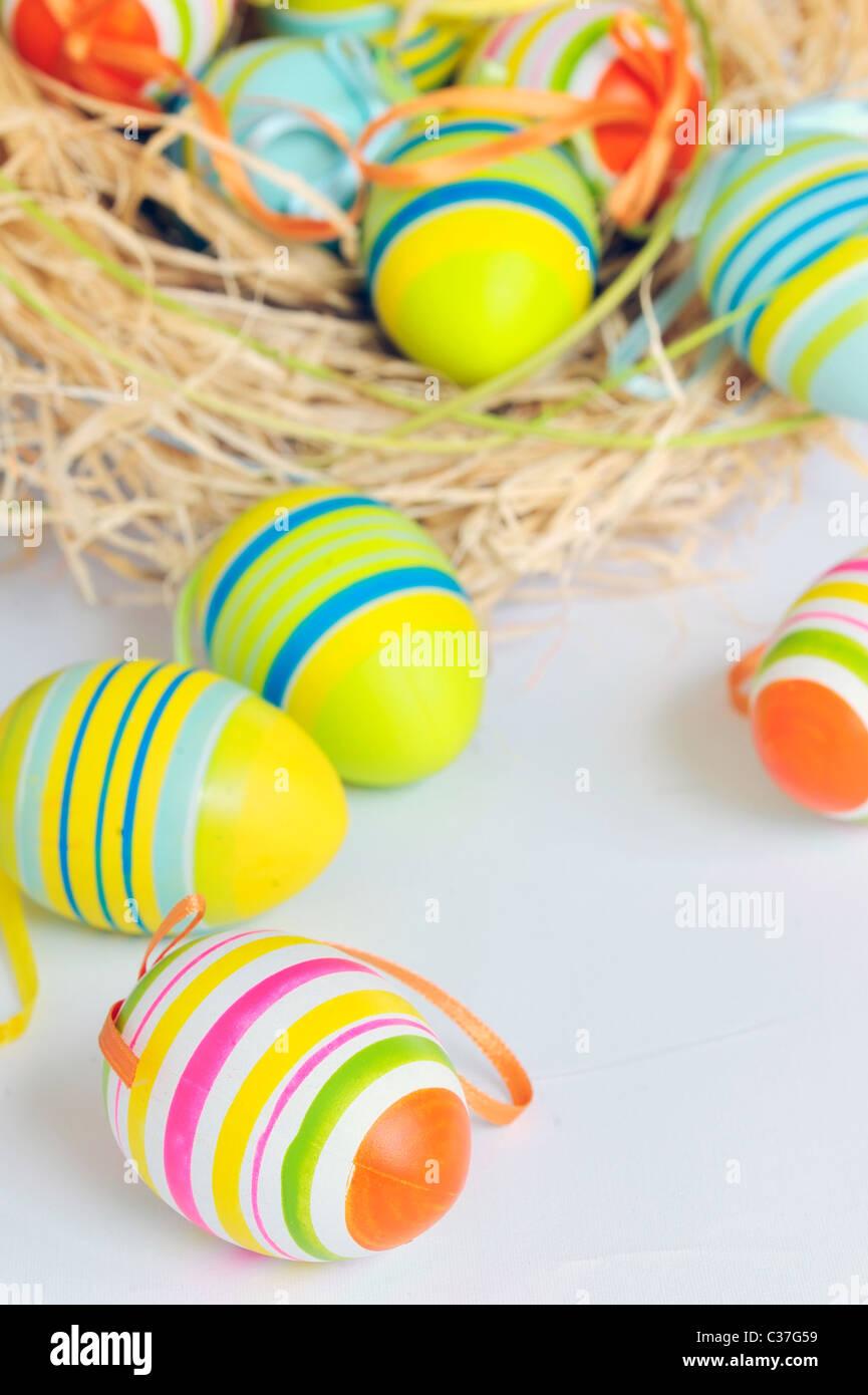 Peindre les oeufs de Pâques colorés Photo Stock