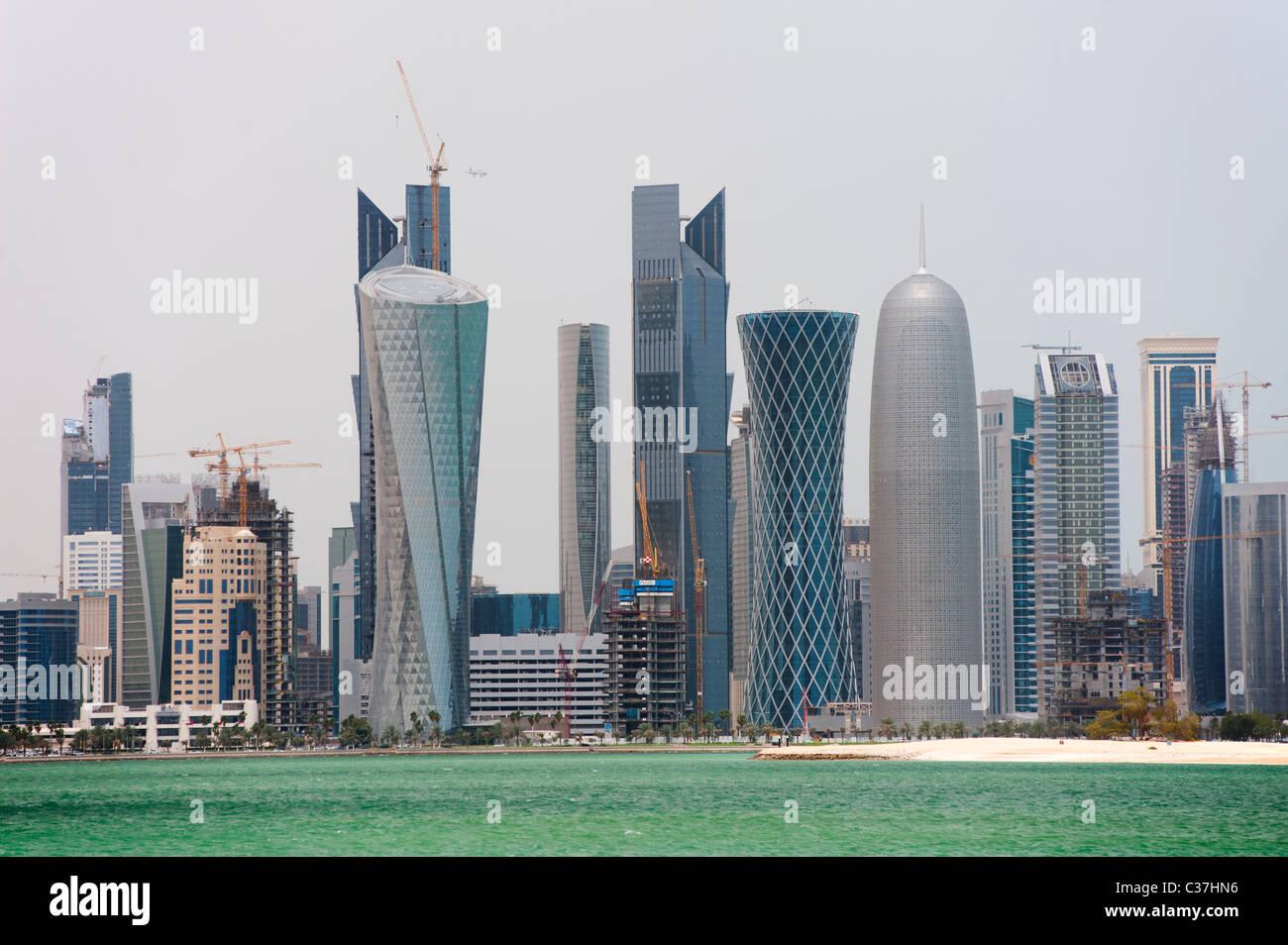 Tour moderne de tours de forme des toits de Doha au Qatar Photo Stock