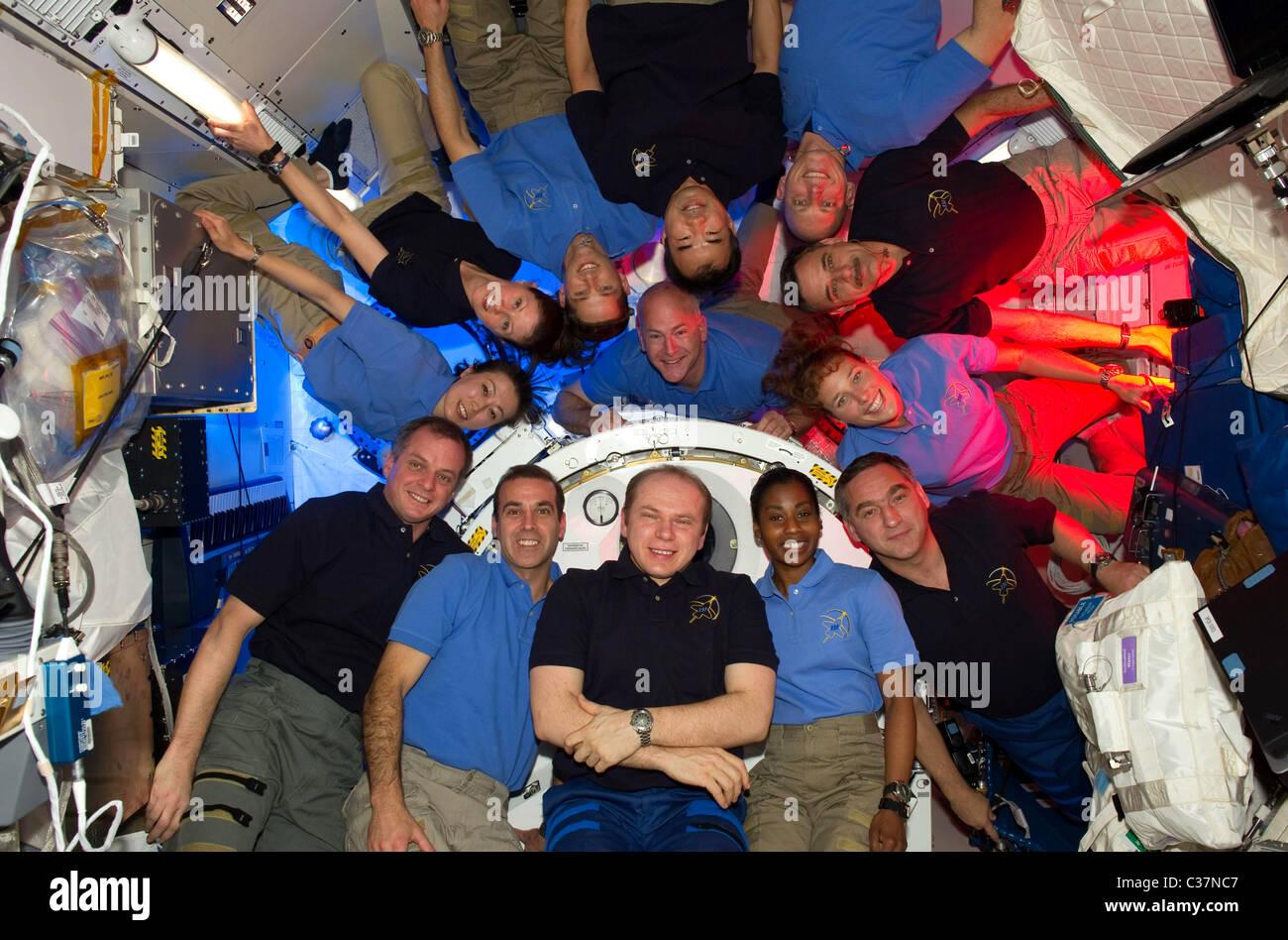 Les équipages de la mission STS-131 et d'Expedition 23 dans la Station spatiale internationale Photo Stock