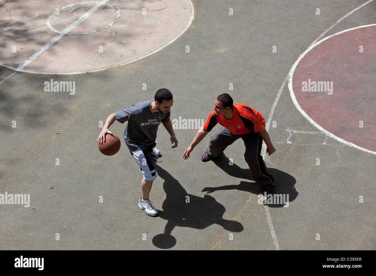 Les jeunes adultes jouant au basket-ball de rue à Riverside Park, New York City. Photo Stock