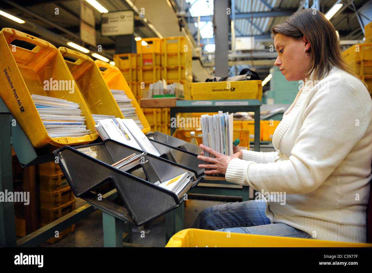 Une femme de lettres de tri dans un centre de tri postal, Berlin, Allemagne Banque D'Images