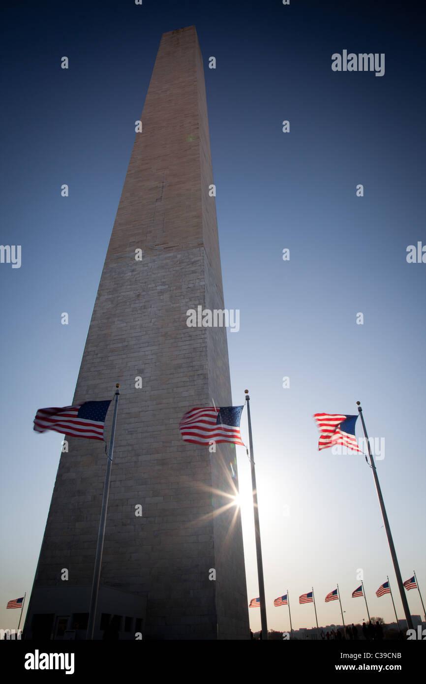 Le Washington Monument au National Mall à Washington, DC entouré par des drapeaux américains Banque D'Images