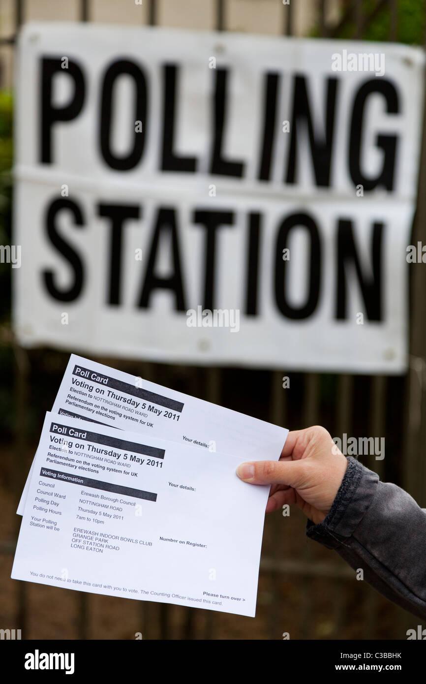 Personne l'intention de voter dans un bureau de vote dans les élections locales et le référendum Photo Stock