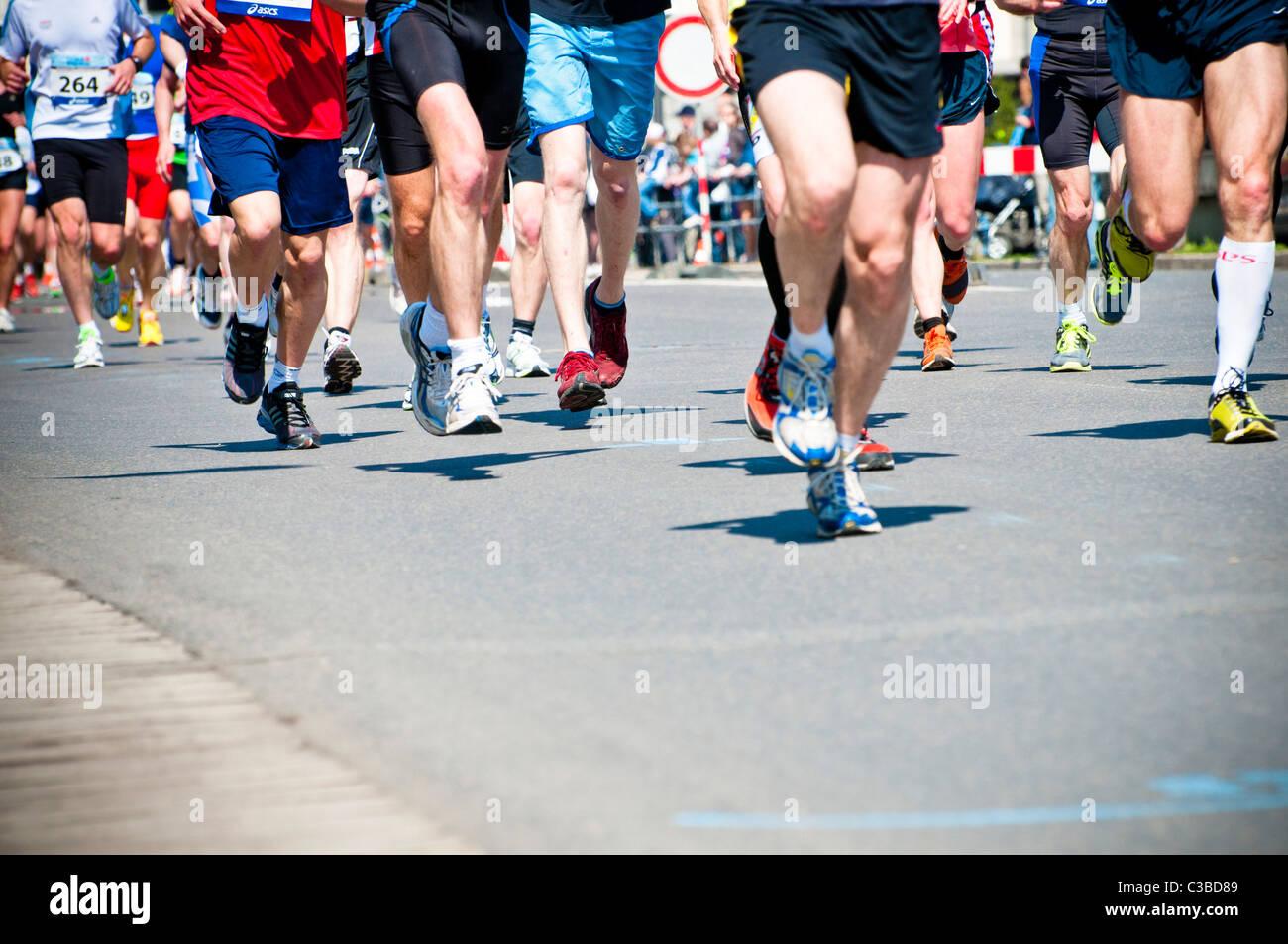 Les coureurs de marathon les jambes Photo Stock