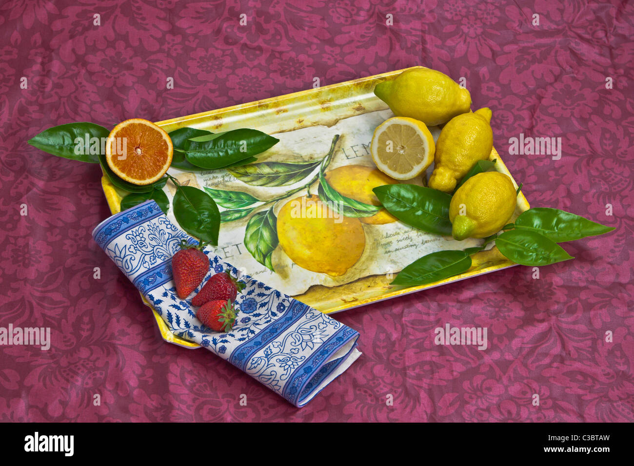 Un plateau avec l'orange, les citrons et les fraises Photo Stock