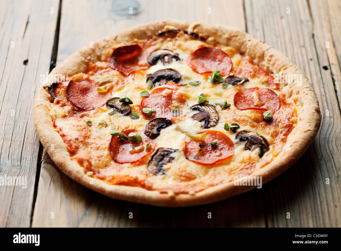 Pizza Pepperoni et mushrooom sur table rustique Photo Stock