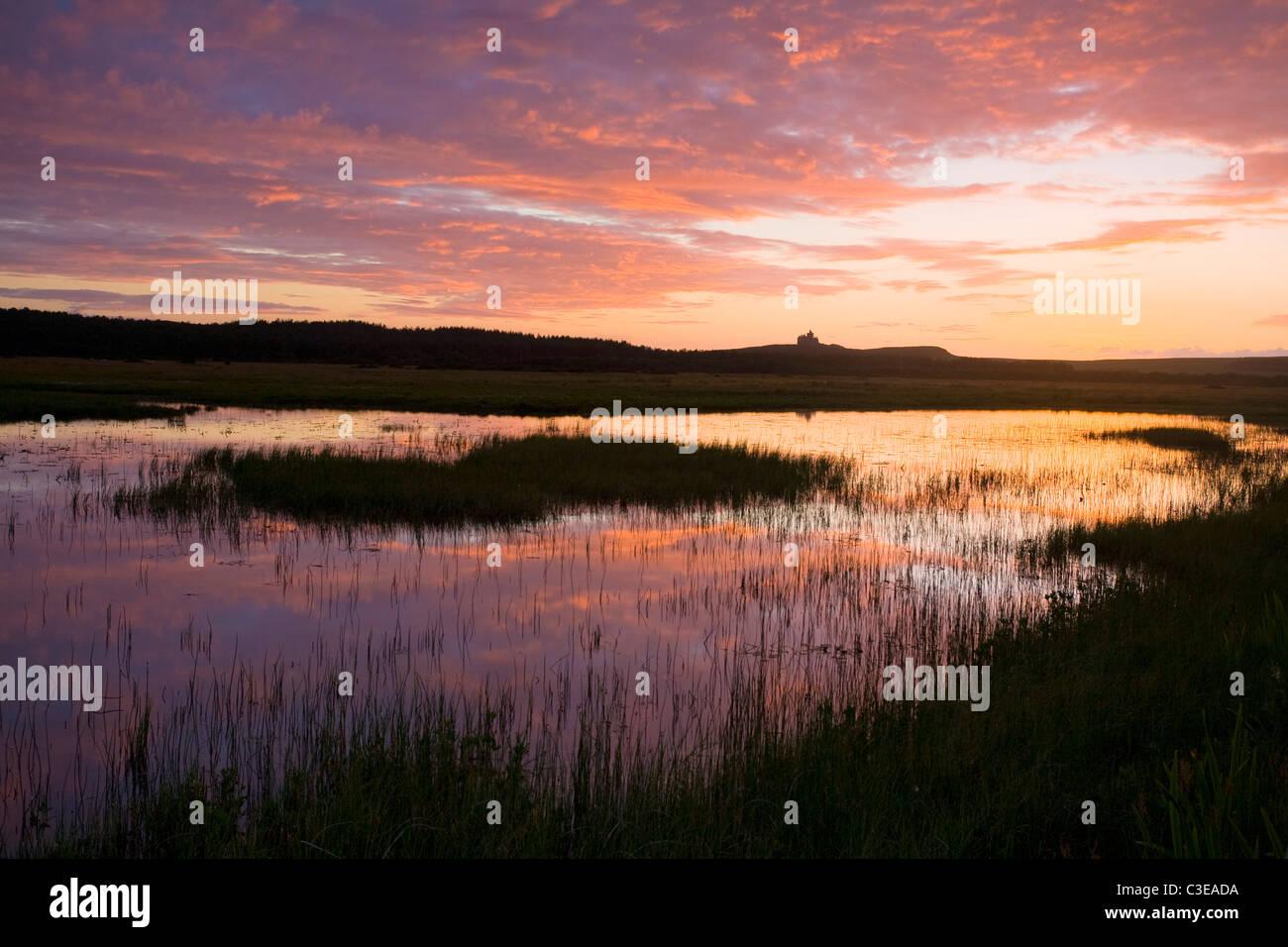Coucher du soleil reflétée dans Bunduff Lough, Mullaghmore, Comté de Sligo, Irlande. Photo Stock