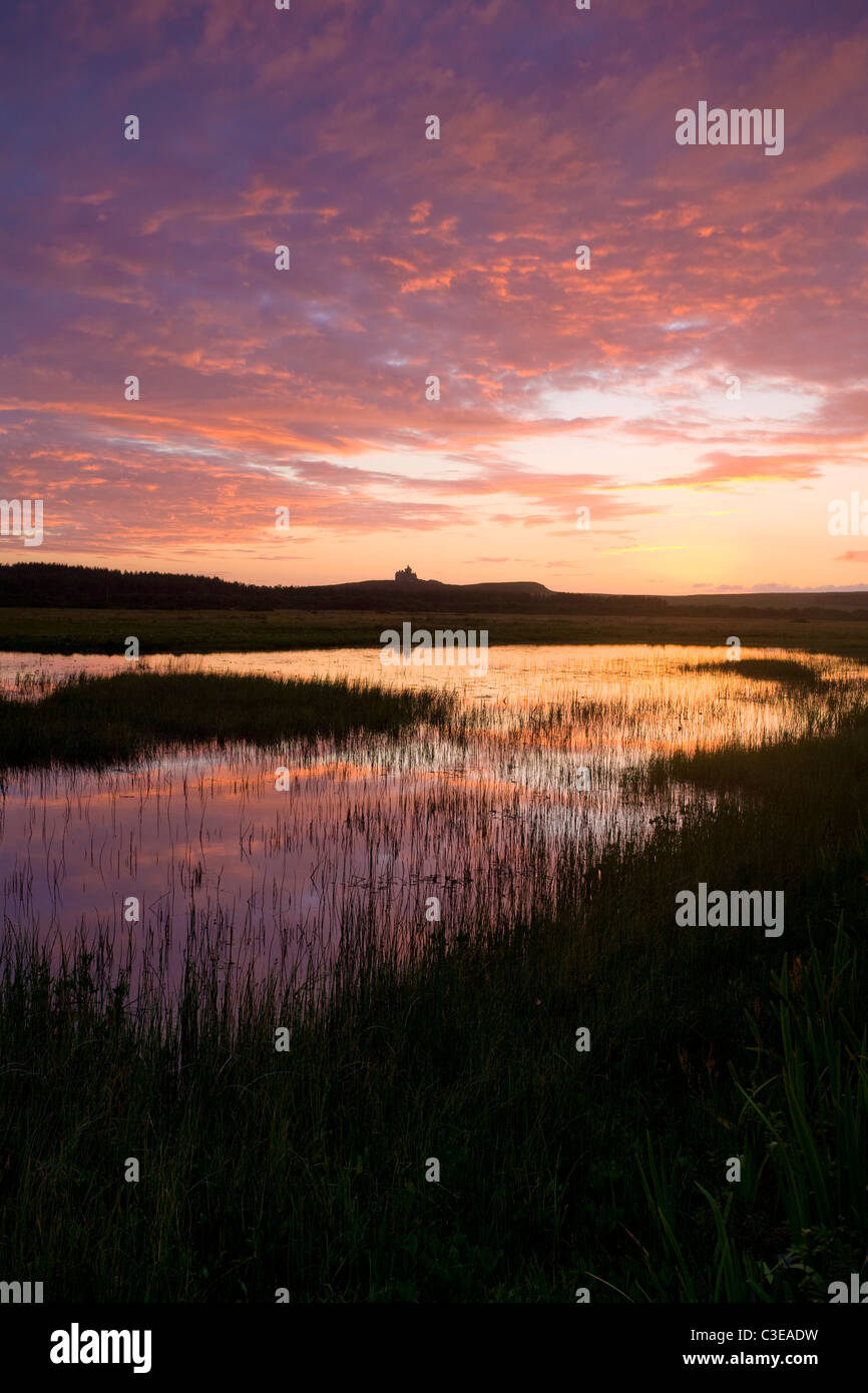 Coucher du soleil reflétée dans Bunduff Lough, Mullaghmore, Comté de Sligo, Irlande. Photo Stock