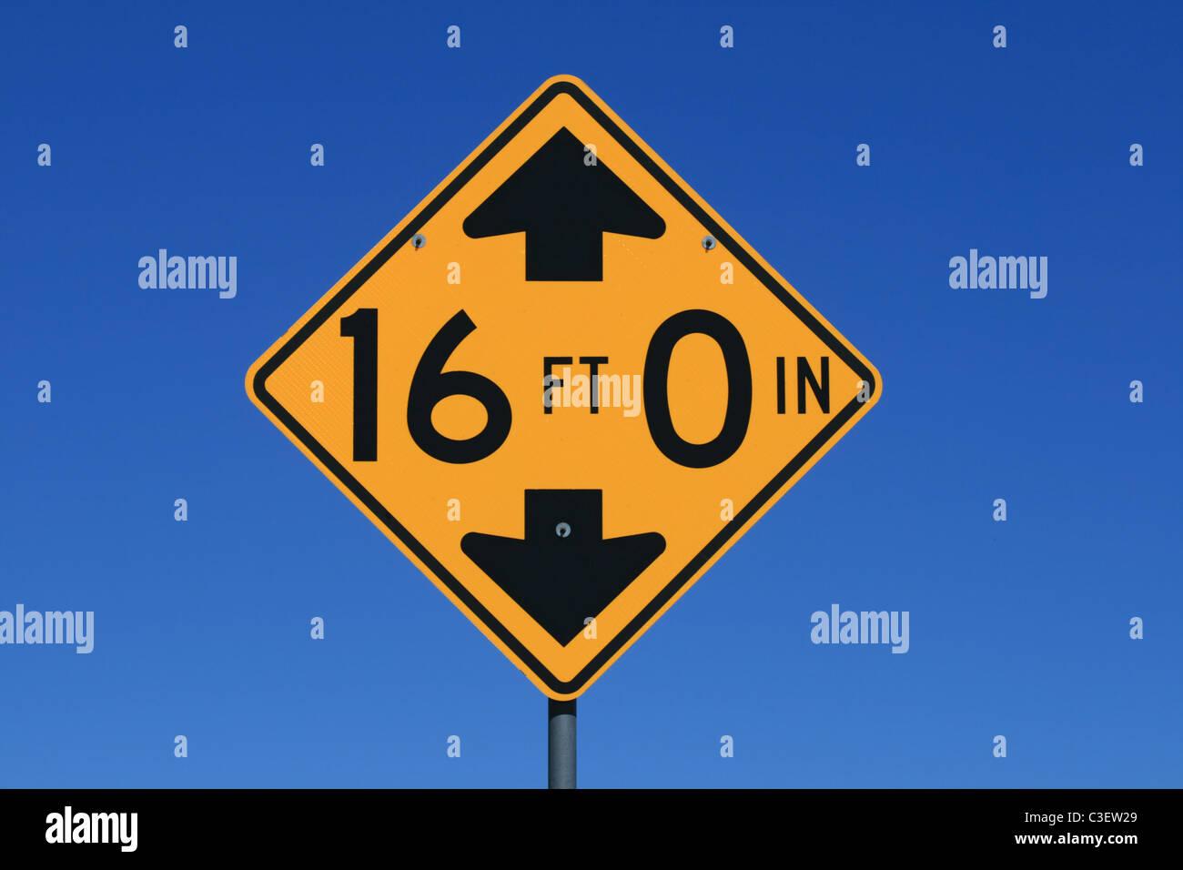 La hauteur libre de 16 pieds panneau routier avec fond de ciel bleu Photo Stock