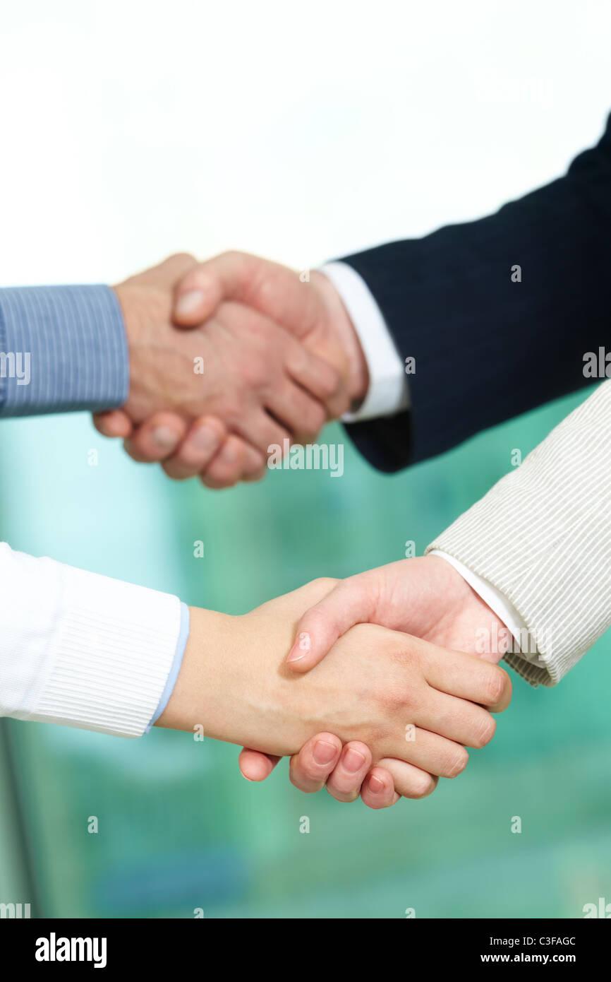 Photo de deux paires de bras de liaison après avoir heurté partenaires traitent Photo Stock