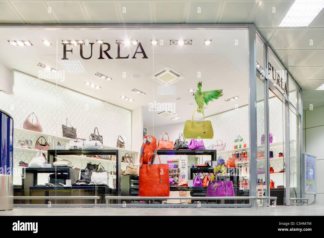 6ec68e1409204 Sacs à main de luxe boutique marque Furla store dans le centre commercial  terminal des départs à l aéroport Guglielmo Marconi de Bologne Italie