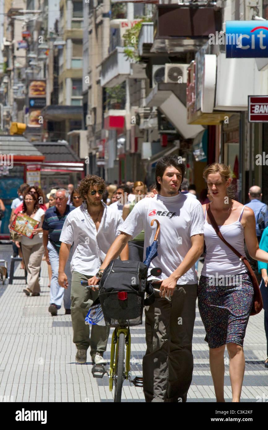 Les piétons sur la rue Florida dans le quartier Retiro de Buenos Aires, Argentine. Photo Stock