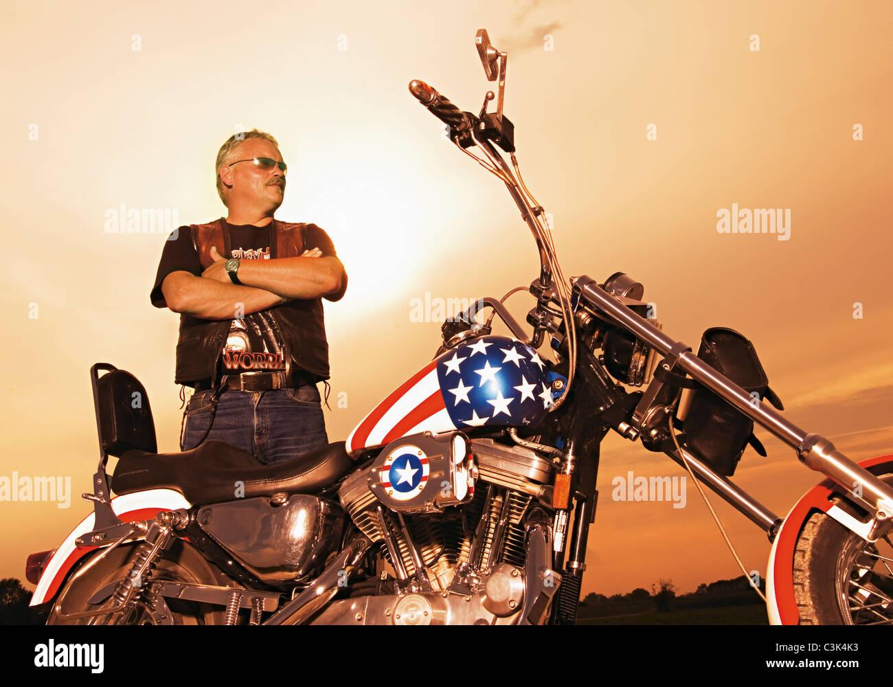 Allemagne, Mature à la tombée de la moto avec motard Banque D'Images
