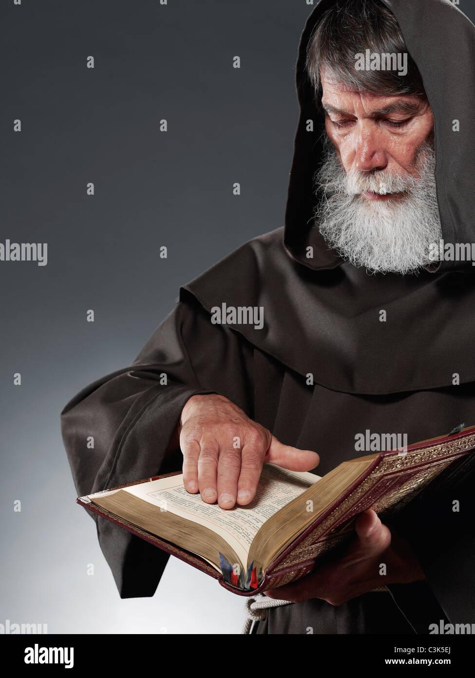 Monk lire la bible Banque D'Images
