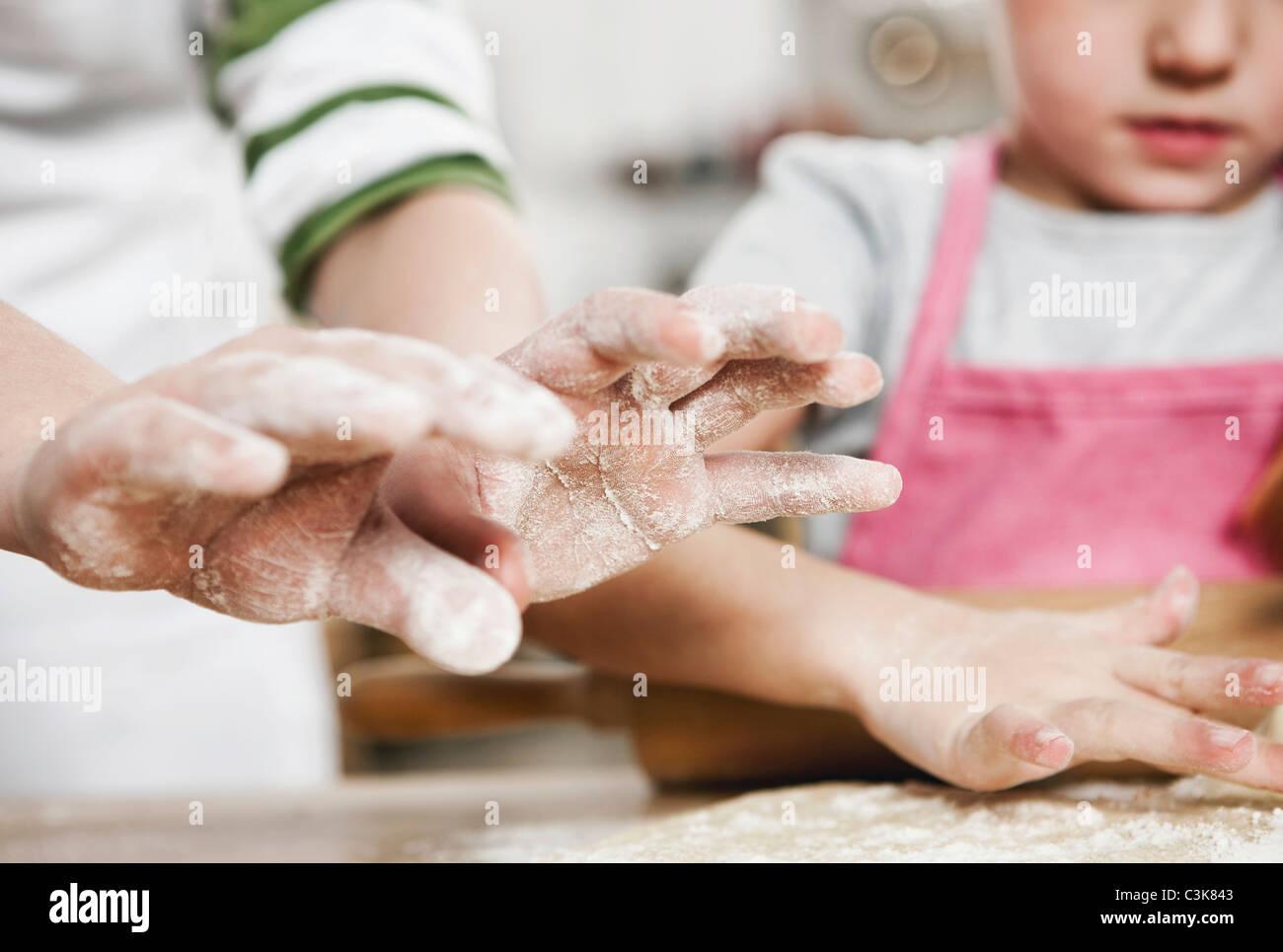 Allemagne, Cologne, Garçon et fille la pâte de roulement sur le plan de travail de cuisine Photo Stock