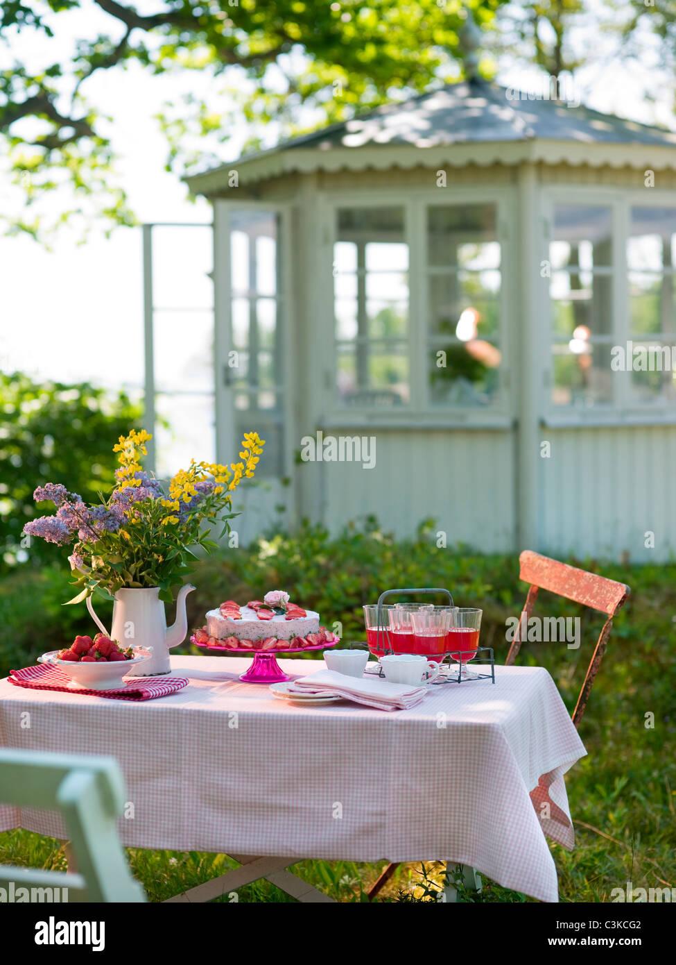 Place sur la table de jardin en Banque D'Images
