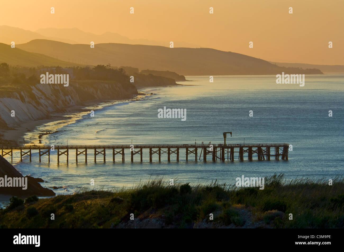 Lever du soleil d or lumière sur les collines côtières, de la jetée, d2c6118a0cec