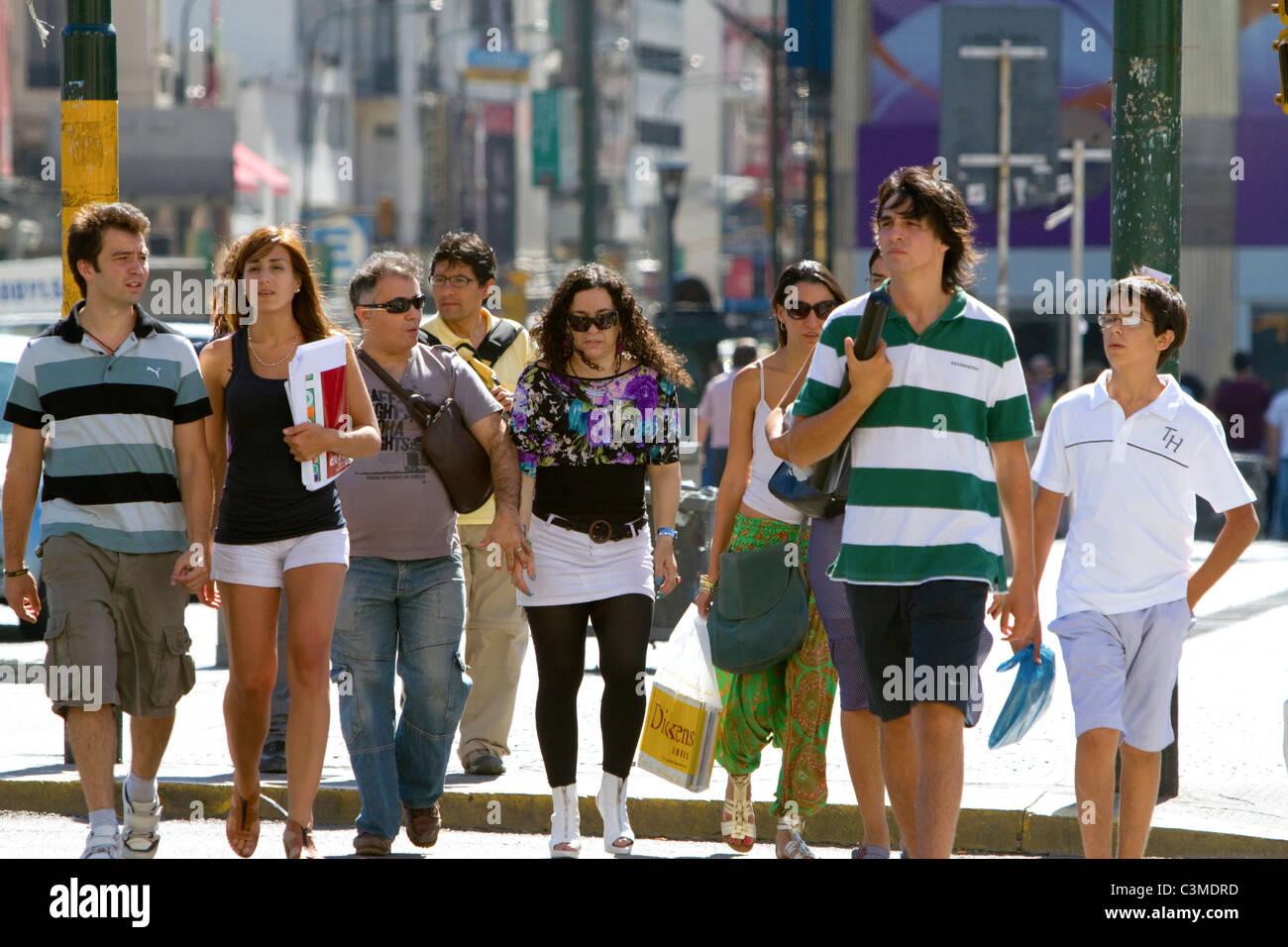 Les piétons sur l'Avenida 9 de Julio à Buenos Aires, Argentine. Photo Stock