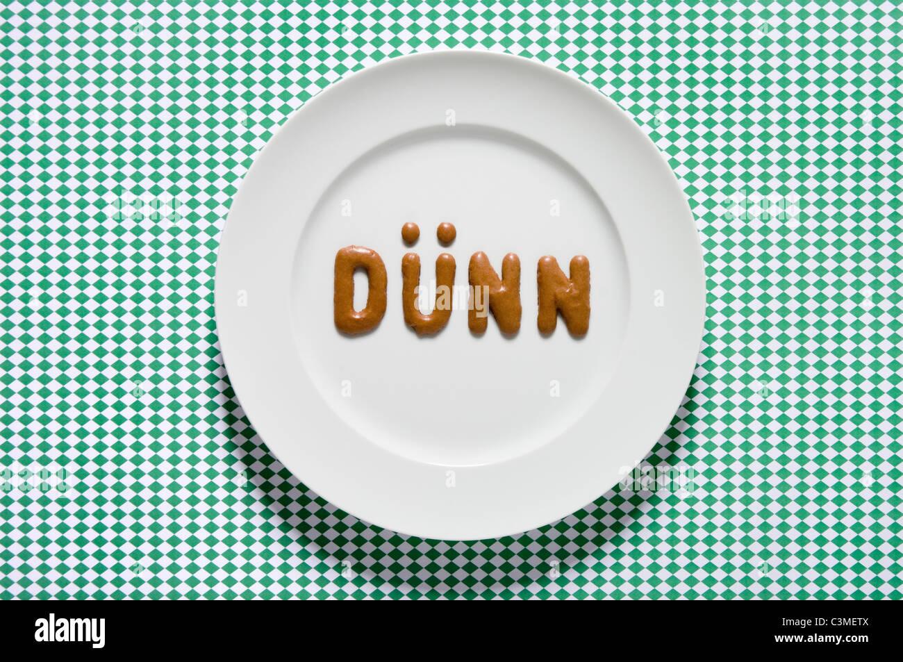 Mot écrit mince avec pain russe sur lave, Close up Photo Stock