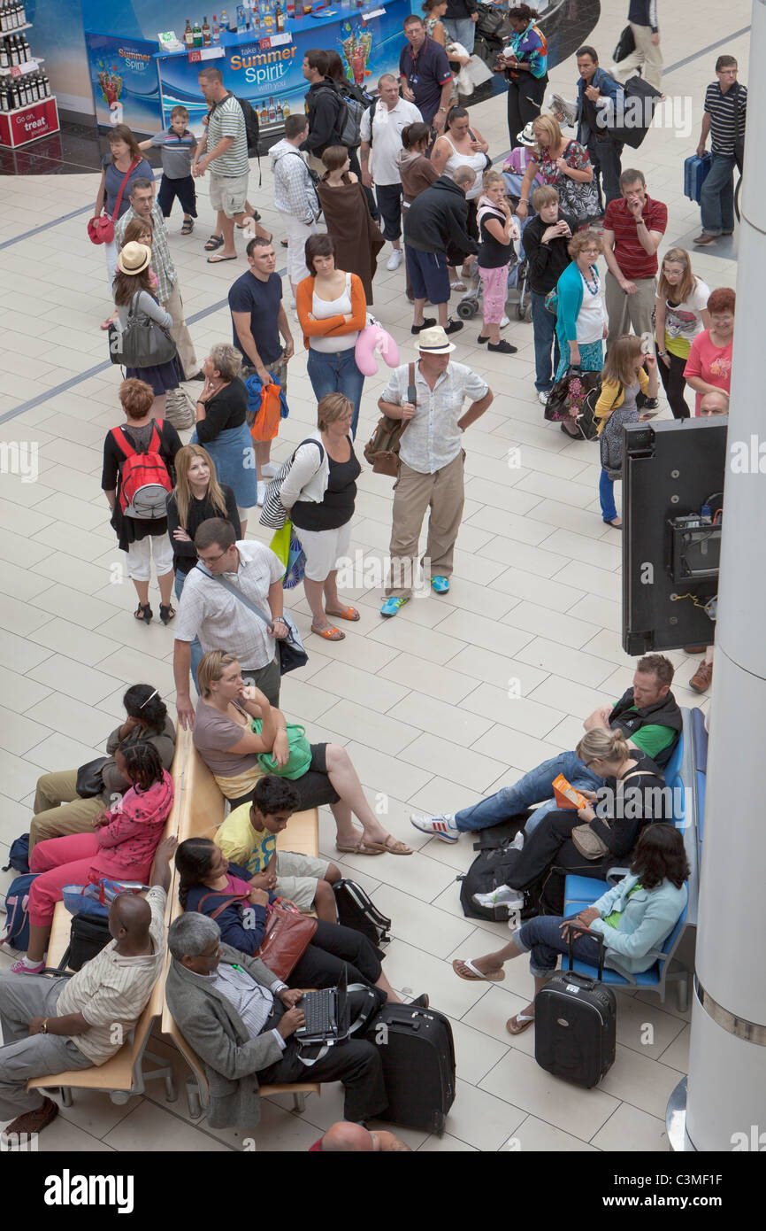 Les passagers en attente d'information de vol au départ de l'aérogare sud à l'aéroport Photo Stock