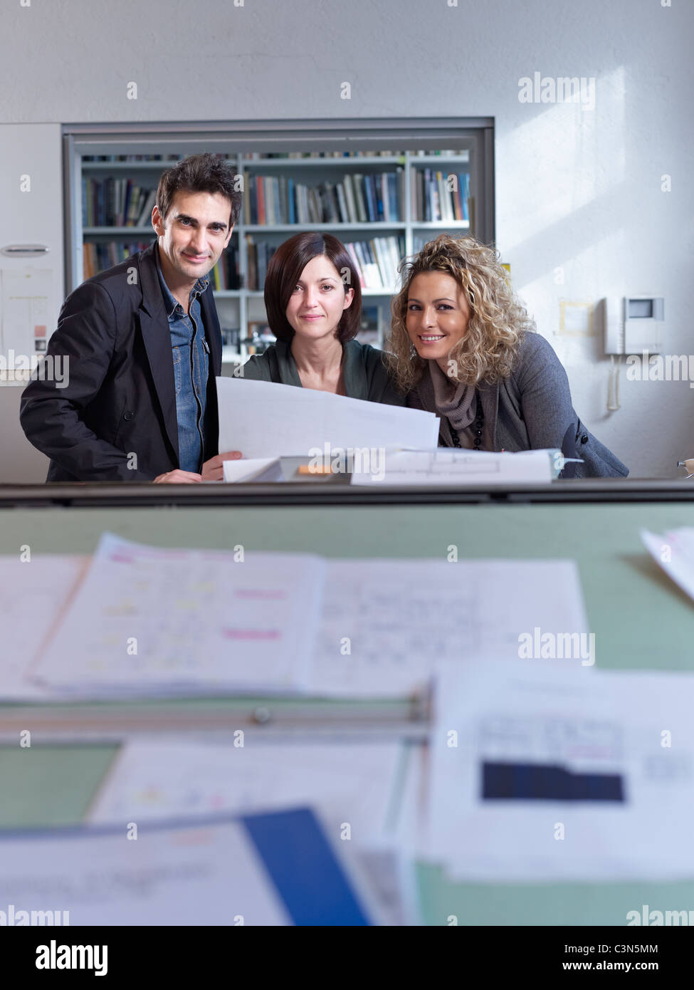 Les collègues working in office Photo Stock